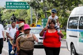 """La columna de """"#43x43. Ni un desaparecido más"""" en el trayecto de Buenavista de Cuéllar en Guerrero hacia Amacuzac en Morelos. Fotos: DIFUNET"""