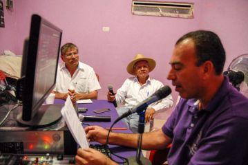José Alcaraz (c) y Carlos Eduardo Pérez Ventura participaron en una charla en la radio comunitaria de Buenavista de Cuéllar antes de salir esta mañana.