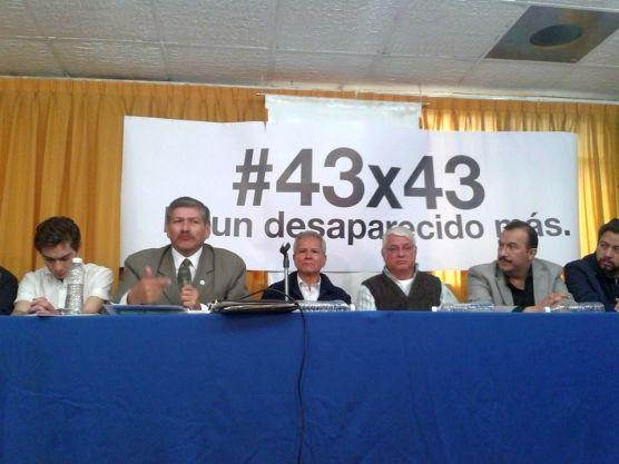 """Carlos Eduardo Pérez Ventura y Pepe Alcaraz, junto con otros dirigentes sociales, dieron a conocer la marcha """"#43x43. Ni un desaparecido más"""". Foto: Difunet"""