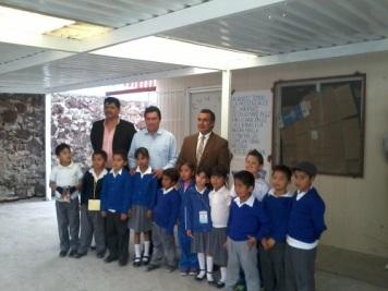 Representantes educativo y de padres de familia, con el Diputado Octavio Martínez y alunos. Foto: CSOMV