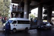 El chofer ingresó a la estación del Metro para solicitar ayuda de los policías municipales, quienes acordonaron la zona. Foto: Tomada de Reforma