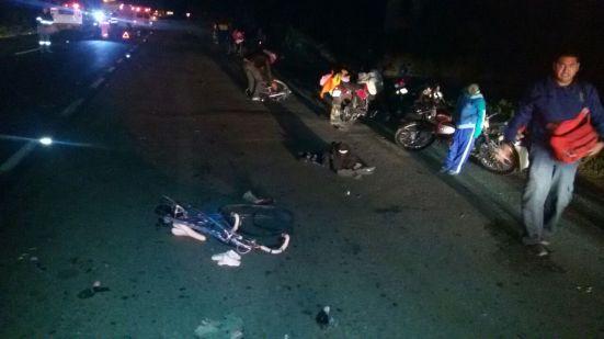 Bicicletas, cuerpos, imágenes sobre el asfalto luego de la embestida en la vía Peñón-Texcoco. Foto: Reforma