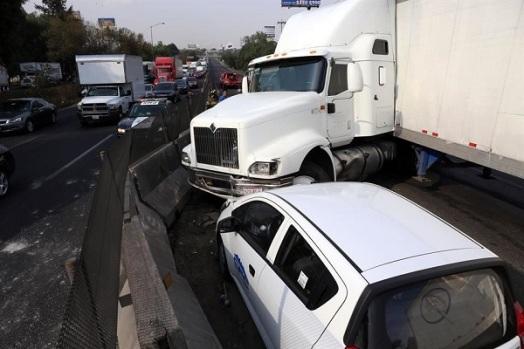 Al tratar de evitar arrollarlo y por las maniobras que hizo el trailero, se impactó contra un auto. Foto: Tomada de Reforma