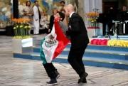 Mexicano irrumpe en la premiación del Nobel. Foto: Facebook