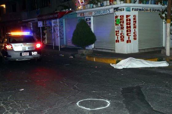 Los policías inspeccionaron la zona y comenzaron a iluminar el cuerpo con las luces de su unidad;  fue cuando se percataron de que el hombre se encontraba lesionado. Foto: Tomada de Reforma