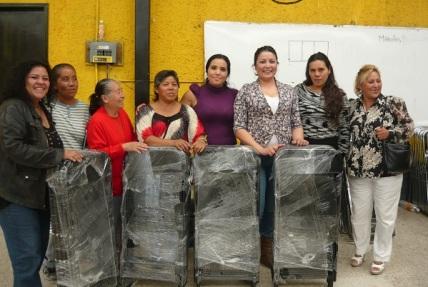 Las ediles municipales Diana Méndez Aguilar y Susana García Esparza entregaron varios paquetes de sillas a integrantes de la Delegación de la comunidad Luis Donaldo Colosio en Ecatepec. Foto: CSFPI