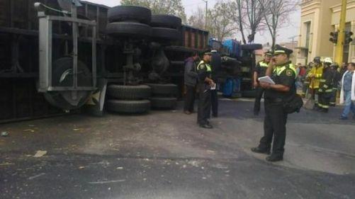 Protección Civil y Bomberos rescataron a dos personas lesionadas: el chofer y el ayudante del camión repartidor. Foto: Twitter