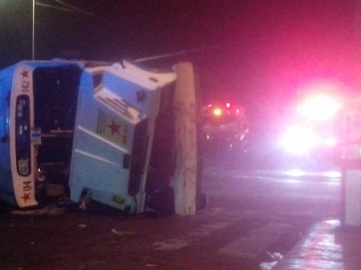 El accidente ocurrió alrededor de las 02:00 horas; así quedó la ambulancia Disan-09, del municipio de Chimalhuacán. Foto: ReporterosEnMovimiento