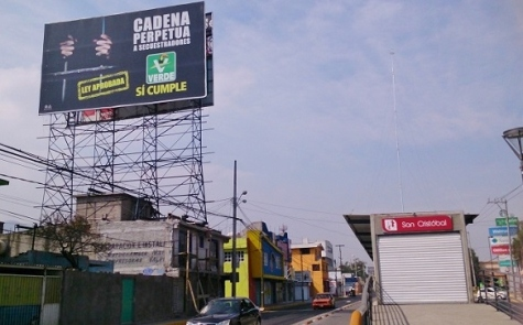 Espectacular sobre la avenida Revolución, a la altura de la calle Juárez Norte, de la cabecera municipal San Cristóbal, en Ecatepec. Foto: Jorge Villa