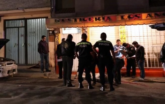 En torno a la persona, de alrededor de 30 años, encontraron ocho casquillos, lo cual fue notificado a las autoridades municipales. Foto: Reforma
