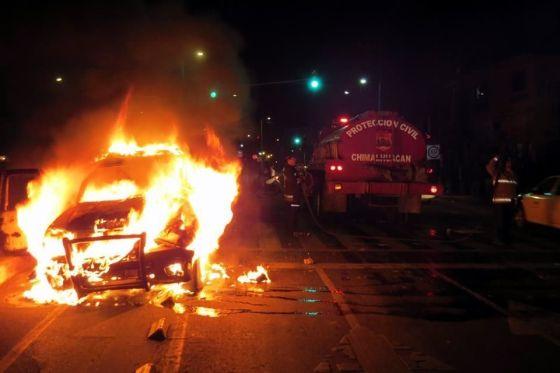 Varios jóvenes que participaron en el bloqueo de la Avenida del Peñón atacaron tres unidades del sistema de transporte que estaban estacionadas y le prendieron fuego a la patrulla. Foto: Tomada de Reforma