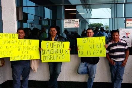 Apenas el 27 de marzo se manifestaron en la explanada municipal para exigir el cese del Comisario; las denuncias no prosperan, afirman. Foto: Archivo/Reforma