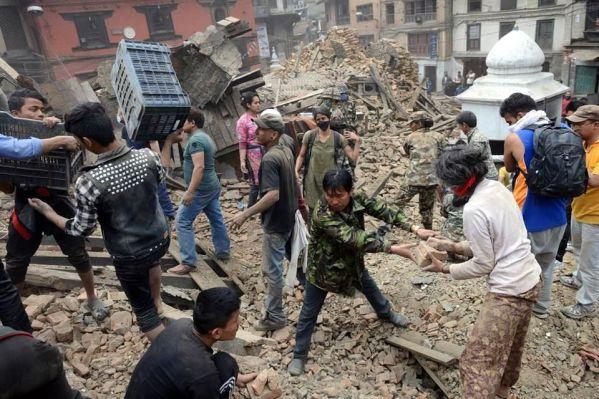 El movimiento, que se sintió también en zonas de India, China y Bangladesh, ha registrado varias réplicas de considerable intensidad. Foto: AFP