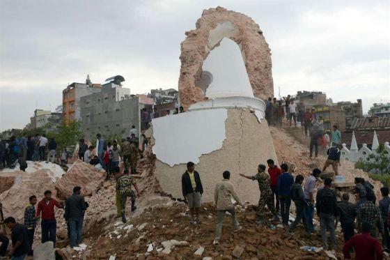 La catástrofe causó la destrucción de sitios históricos, como la Torre Dharahara, una de las mayores atracciones de la capital nepalí, que no resistió la sacudida y sus nueve pisos se vinieron abajo. Foto: AFP