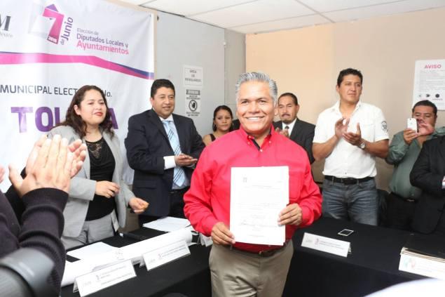 Fernando Zamora Morales recibió esta tarde su constancia de alcalde electo de Toluca. Foto: Facebook
