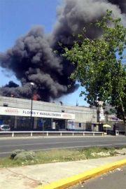 """El incendio se originó luego de que explotara un tanque de residuos químicos en la empresa """"Sí Equipos"""". La columna de humo se observó de diversos puntos de la zona poniente y centro de la zona. Foto: Twitter/Reforma"""