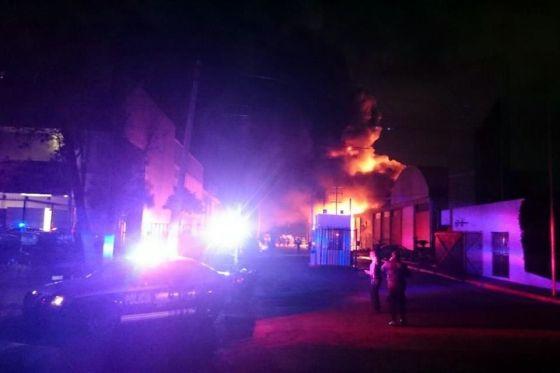 Van dos bodegas incendiadas, es muy aparatoso y de Bomberos de Izcalli somos 25 bomberos, debido a la gravedad ya vienen de otros municipios, afirmó un bombero. Foto: Reforma