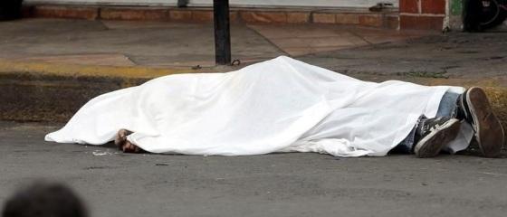 Familiares de la víctima se entrevistaron con agentes ministeriales para recabar pistas sobre los probables motivos del crimen. Foto: Reforma