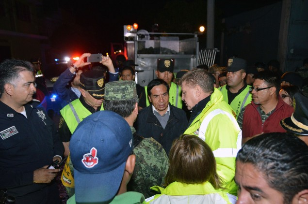 A la izquierda, el director general de la Policía Municipal local, Arturo Centeno Cano; al centro, el alcalde Sergio Díaz Hernández y a su lado, el funcionario estatal, José Manzur Quiroga. Foto: CSE