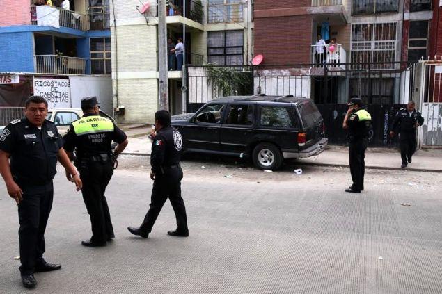 En el ataque murió una mujer de aproximadamente 35 años de edad que viajaba en el asiento del copiloto, y una niña de 11 años falleció en el Hospital General del IMSS, en este municipio. Foto: Reforma