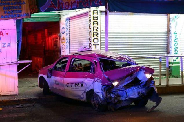 El accidente ocurrió aproximadamente a las 04:20 horas y debido a que el vehículo quedó casi en la esquina, sin afectar la circulación sobre la Avenida Central, sólo colocaron una patrulla como señal. Foto: Reforma