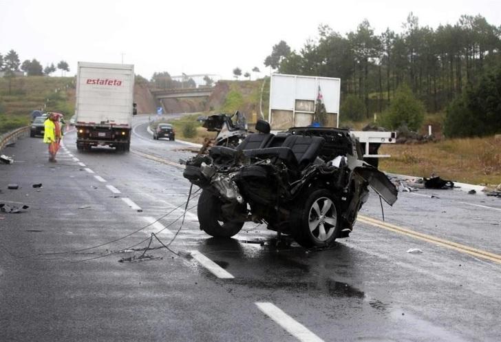 Debido al exceso de velocidad la camioneta del catedrático quedó casi destrozada. Foto: Tomada de Reforma