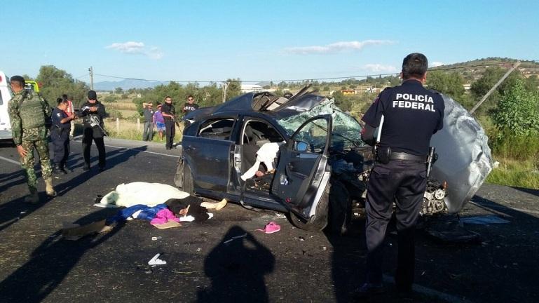 El fuerte impacto causó las muertes de una mujer y un hombre en un auto Jetta, y el interior de los otros, quedaron otras dos personas fallecidas. Foto: ReM